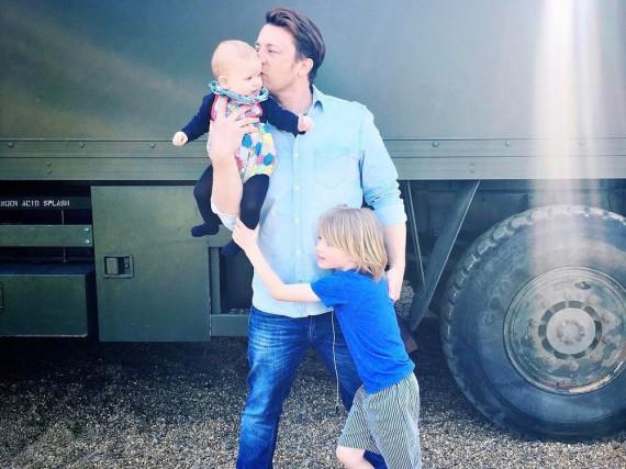 Jamie Oliver mit seinen beiden Söhnen Buddy Bear Maurice (r.) und River Rocket