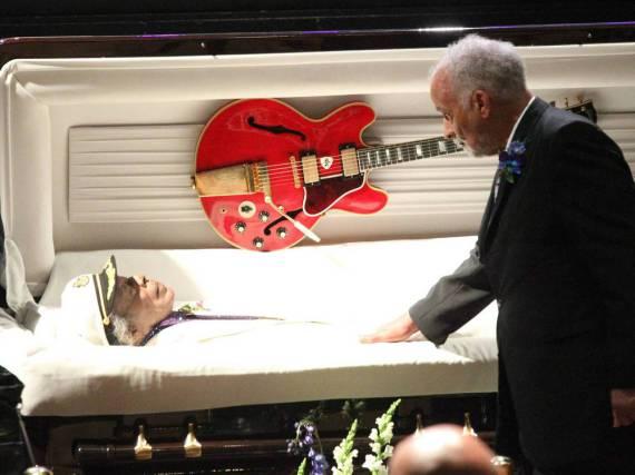 Chuck Berrys geliebte rote Gibson-Gitarre lag ebenfalls im Sarg