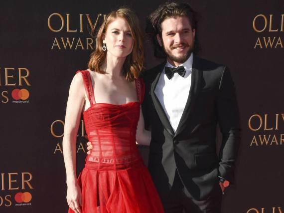 Rose Leslie und Kit Harington mit strahlend guter Laune auf dem roten Teppich der Olivier Awards