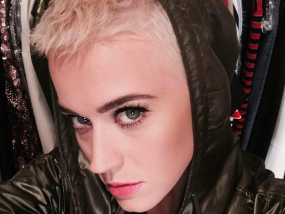 Katy Perrys Haare sind noch ein Stück kürzer geworden