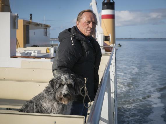 Matula (Claus Theo Gärtner) hat einen neuen Auftrag: Der Privatdetektiv soll in einer Seniorenresidenz an der Nordseeküste nach dem Rechten sehen