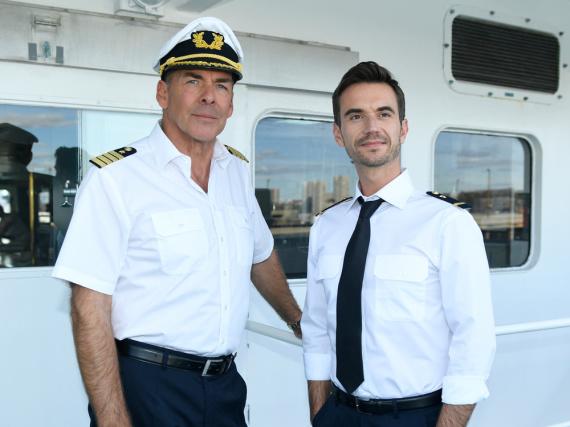 Kapitän Burger (Sascha Hehn, l.) und der junge Offizier Florian (Florian Silbereisen, r.) an Deck des