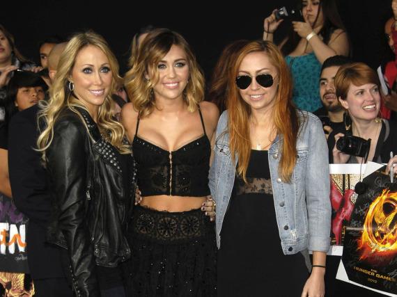 Miley Cyrus (M.) mit ihrer Mutter Tish (l.) und ihrer Halb-Schwester Brandi