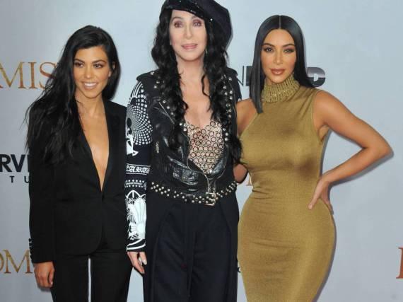 Kourtney (l.) und Kim Kardashian zusammen mit Cher bei der Premiere von