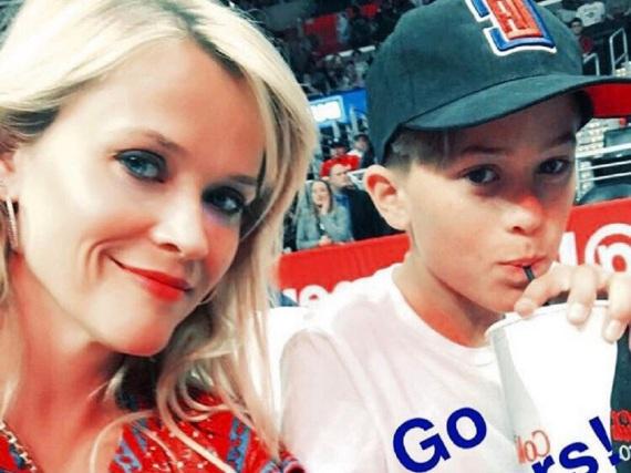 Reese Witherspoon mit ihrem Sohn Deacon Reese Phillippe bei einem Basketballspiel
