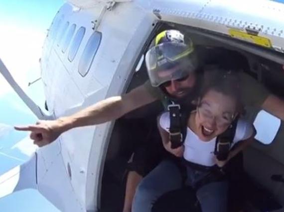 Von Angst keine Spur - Bella Hadid steht die Freude kurz vor ihrem Absprung ins Gesicht geschrieben
